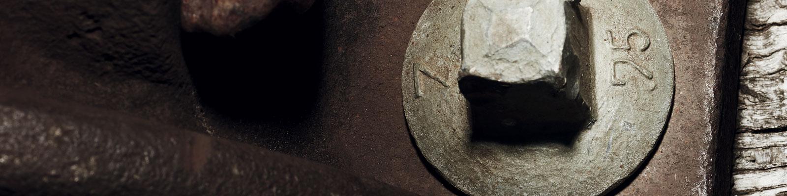 铁霸腕表 - 背景